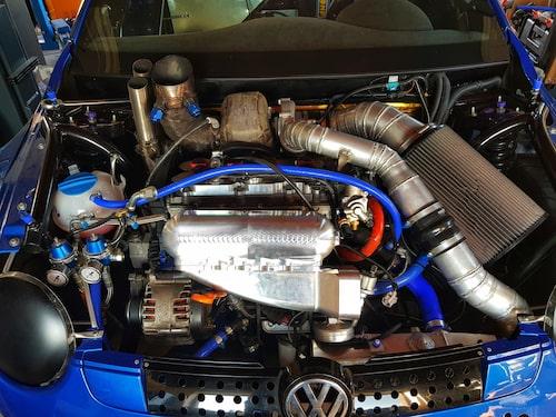 Standardmotor? Knappast. Och detta är bara den ena av bilens två motorer.