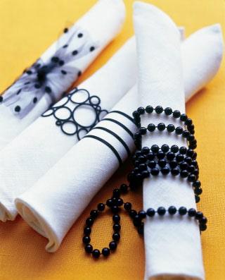 Olika servettringar gör dukningen dynamisk och personlig, ett bra tips är att titta i mormors gamla smyckeskrin.
