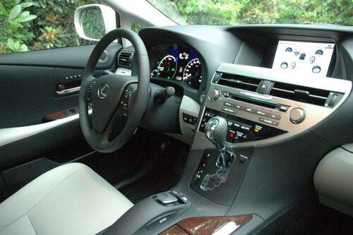RX 450h i Executive-trim innebär lyx och säkerhet i överflöd som exempelvis headup-display, aktiva krängningshämmare och backkamera.