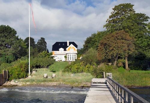 Den stora villan har sjötomt vid Öresund med egen båt och badbrygga. Klara dagar ser man över till skånska kusten.