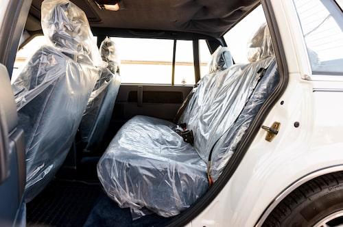 Original leveransplast både fram och bak. Trots att bilen gått drygt 3000 mil sedan den var ny. Flitigt använt baksäte? Knappast.