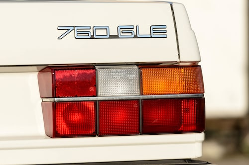 Volvo 760 GLE, bilen som gav vinkelhaken ett ansikte. Snudd på i alla fall. Spana in hur härligt ren bilen är, ändå in i plåtvecken.