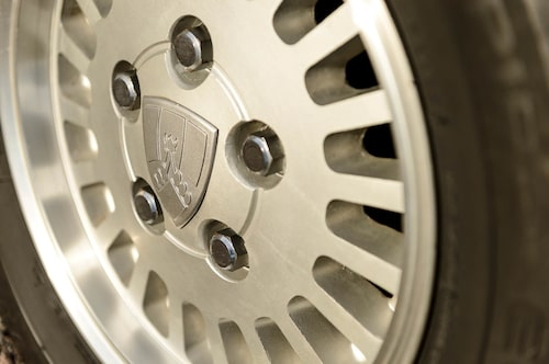 Rover-emblemet i mitten av de snygga och välhållna lättmetallfälgarna. Rejäla däcksidor ger bilen ett komfortabelt intryck.