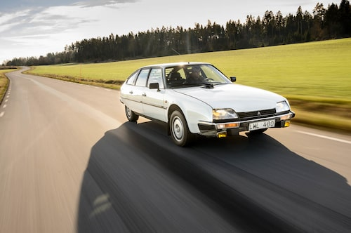 Citroën CX 2400 GTIsvävar fram längs den härliga landsvägen, komforten är en paradgren. Men hur långt räcker det i dag?