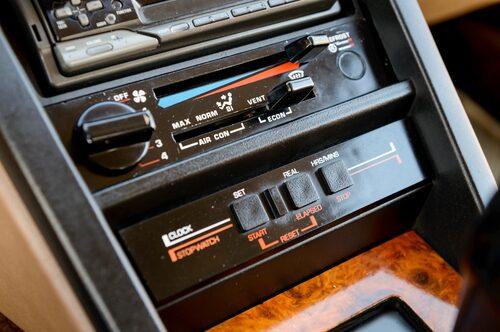 Luftkonditionering och tidtagarur hörde inte till de vanligaste utrustningsalternativen i början av 80-talet. Men hos Rover SD1 fanns de bägge två.