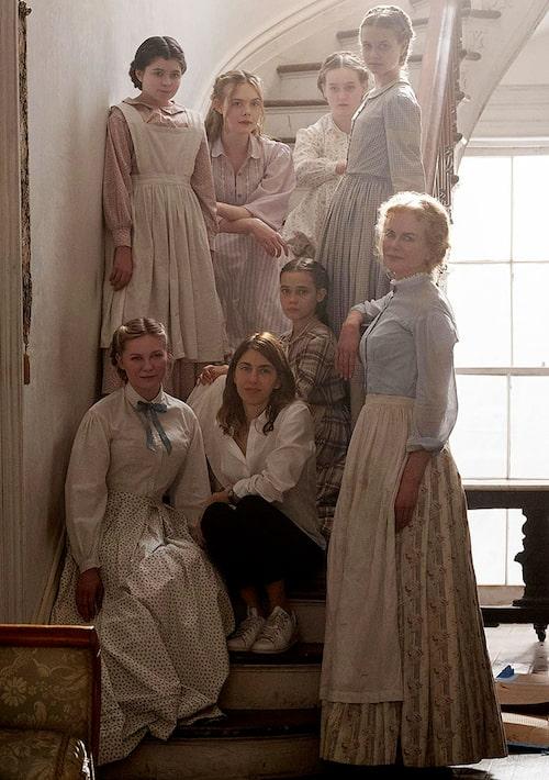Nicole Kidman och resten av ensemblen står samlade runt regissören Sofia Coppola under inspelningen av De bedragna.