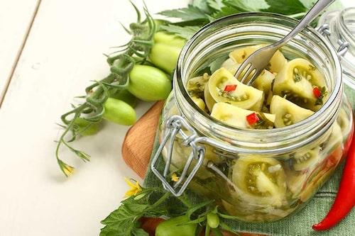 Syltade eller inlagda gröna tomater. Med chili i får inläggningen lite sting.