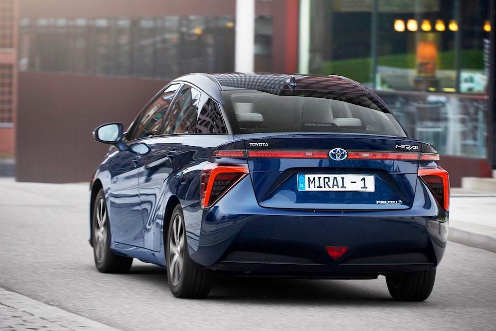Toyota Mirai i första inseglet ser udda ut och det är meningen. Sedan blir den mer normal.