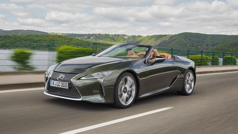 På LC-modellerna tillåts Lexus vilda designspråk spela fritt. Cabrioletmodellen har lägre tyngdpunkt än coupén.