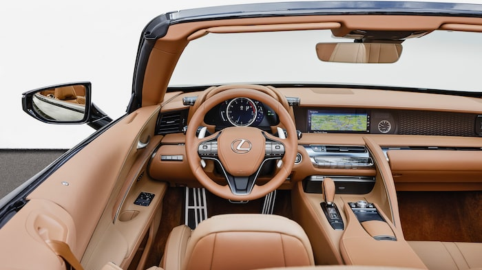 Välbyggt, omtänksamt och läderklätt in i minsta detalj. Lexus är duktiga på interiörer.