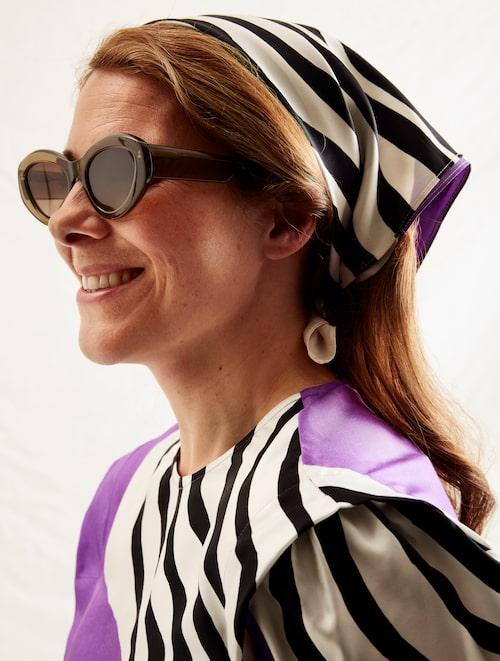 Blus, Marimekko. Byxor, Custommade. Scarf, Marimekko. Solglasögon, Chimi Eyewear.