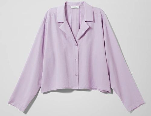 Ljuslila skjorta från Weekday i oversize modell. Klicka på bilden och kom direkt till skjortan.