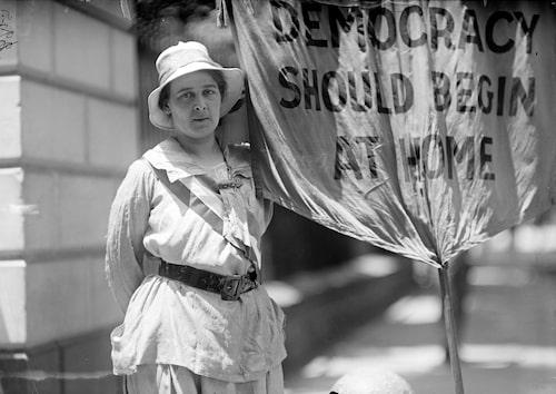En suffragett utanför Vita huset i Washington D.C. 1917.