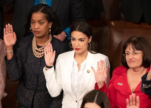 Jahana Hayes, Alexandria Ocasio-Cortez och Annie Kuster svärs in i kongressen 3 januari 2019.