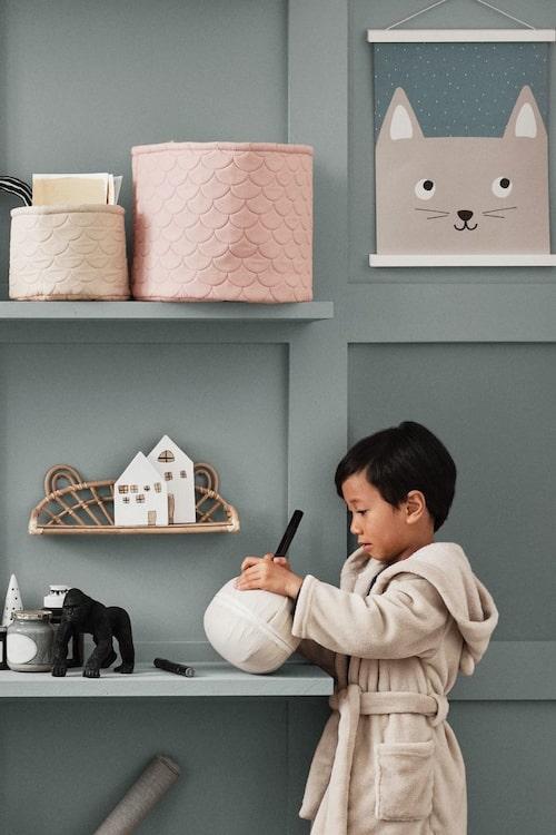 En tygkorg sväljer mycket av barnens leksaker.
