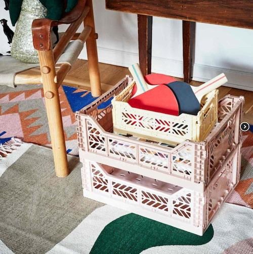 En snygg låda är perfekt som förvaring till barnrummet. Vi gillar dessa stapelbara.