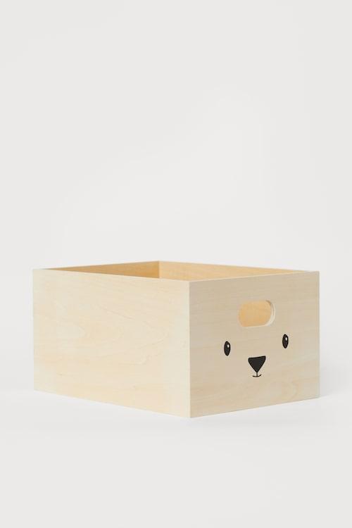 En låda sväljer massor av barnens småprylar.