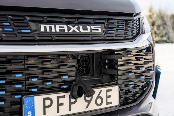 Laddlucka i fronten med CCS-uttag. De blå detaljerna påminner om BMW:s hybrider anno 2010.