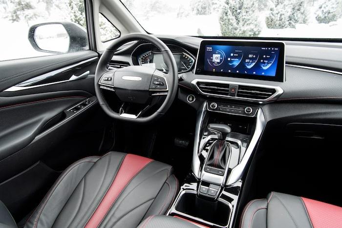 Volymen går endast att justera med knappen på ratten.