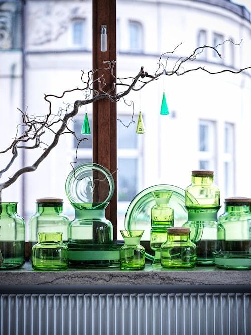 Skålar, burkar och dekorationer i klargrönt glas lyser upp vintermörkret.