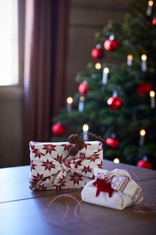 Varför inte slå in julklapparna i en mönstrad kökshandduk? Kreativt och vackert.