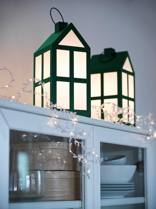 Söta lyktor i form av små hus (hem för små julnissar kanske?).