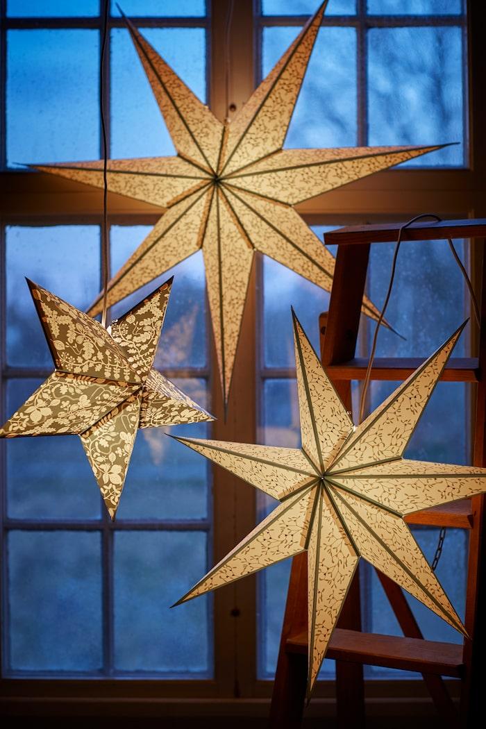 Effektfullt med flera stjärnor i olika storlekar.