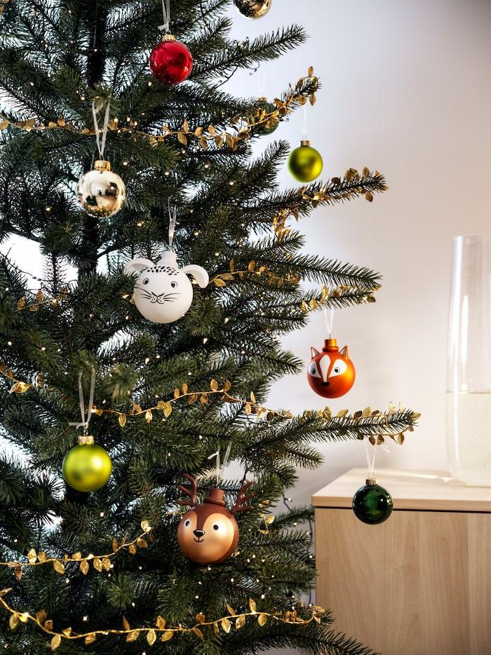 Söta julgranskulor i form av en kanin, en ren och en räv.