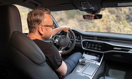 Audi A6-interiören känner vi igen, dock inte körglädjen som i RS6 Avant är på en helt annan nivå. Hans Hedberg tar här en högerkurva och får hjälp av bakhjulen.