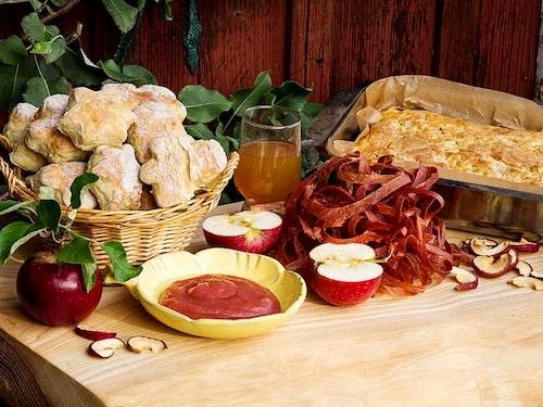 Det finns mer än äppelkaka att göra av all frukt – äppelbröd, äppelsmör, äppelmust och äppelremmar.