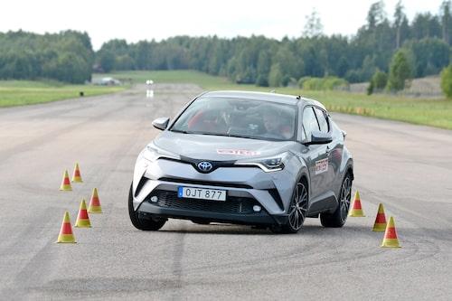 Det går fort, 78 km/h, i Toyota C-HR men det kräver sin förare då ESP inte häver sladden. Gränsen för godkänt går vid 70 km/h.