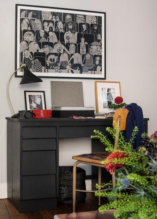 """På loppis i Los Angeles hittade Chary en gammal skolkateder som han målade svart på utsidan och orange inuti, den nedklottrade stolen behöll han som den var. Ovanför hänger en biosalongs- litografi av Mia Nilsson. """"När vi har gäster brukar de få välja vilken person i publiken de identifierar sig mest med."""""""