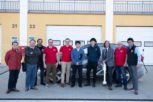 Teknikens Världs och Toyotas delegationer samlade framför nu godkända RAV4.