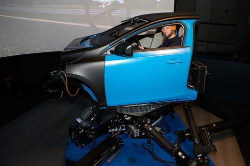 En simulator laddad med samma chassivärden som nya S90 är det närmaste man för tillfället som utomstående kan komma en S90-provkörning.