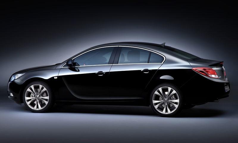 Insigna präglas av böljande mjuka former. Skillnaden kunde inte vara större jämfört med Opel Vectra. Bilen är lång, 4,82 meter. Det är 21 centimeter mer än Vectra.