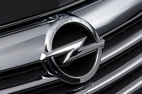Ny front med nytt, större Opel-emblem. Ovanför blixten står det OPEL.