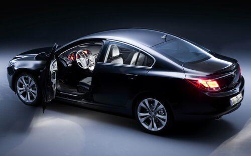 Sedanen ser ut som en halvkombi och den riktiga halvkombin ser nästan likadan ut. Dagens Vectra-kombi är en storlastare, Insignia kombi får samma hjulbas och bara några centimeter extra i längd. Caravan, det gamla hederliga Opel-ordet för kombi, byts ut mot Sports Tourer.