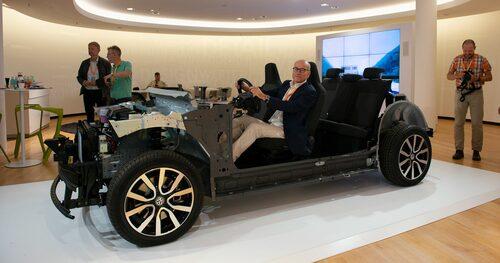 Mikael Stjerna sittandes i Volkswagen I.D. Neo, som enligt uppgift kommer att vara väldigt lik den konceptbil som visades upp hösten 2016.