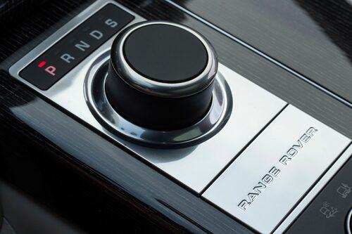 Växelväljaren känns igen från Jaguar och förra modellen Range Rover, men lådan är numera åttastegad från ZF.