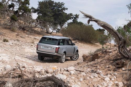 Stilstudie av nya Range Rover i ganska tuff terräng någonstans i Marocko.