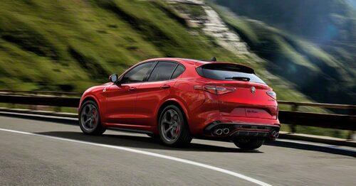Alfa Romeo Stelvio känner sig hemma i bergspasset med samma namn.
