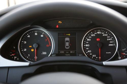 Audi. Tydliga siffror med bra typsnitt. Perfekt placerad informationsdisplay mellan mätarna.