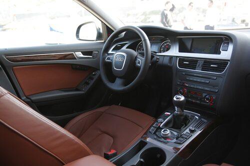 Audi. Förarmiljö med inte så lite bling-bling-känsla. Mer form än funktion.