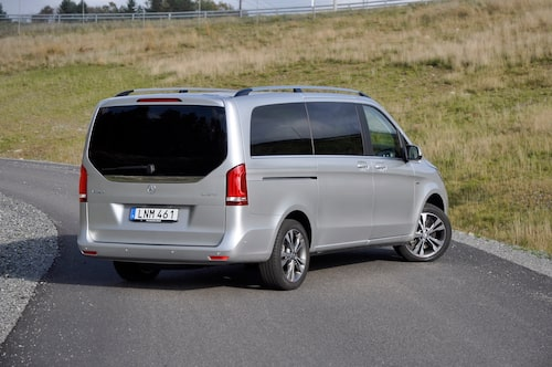 V-klass i topputförande ger limousinevibbar. Enklare varianter lär bli vanligare på vägarna.