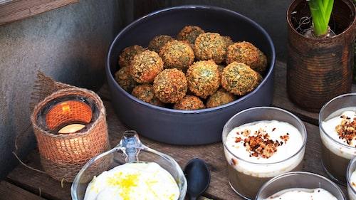 Recept på grönkålsbollar med halloumi och citrondipp.