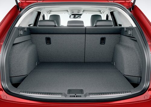 Stiligt bagageurymme med klassisk 60/40-delning på baksätesryggen. Större än Volvo V60.