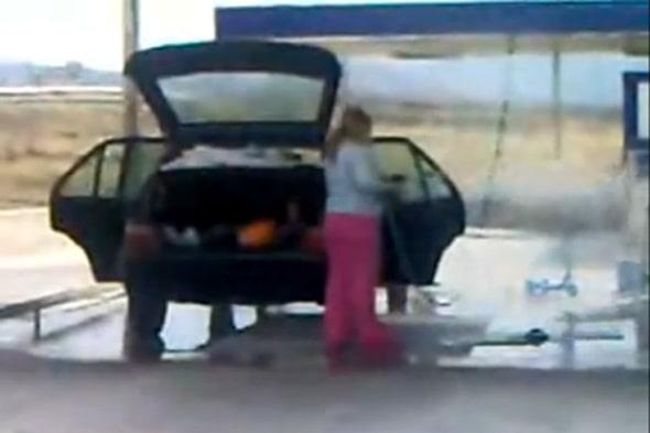 110226-kvinna tvättar bil