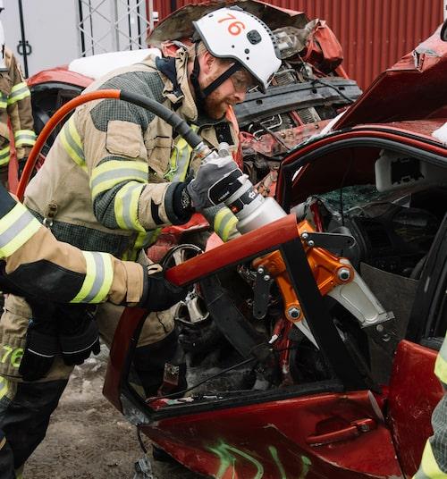 Dörrarnas gångjärn är en av de hårdare detaljerna i en bil och kräver särskild teknik när de ska klippas upp.