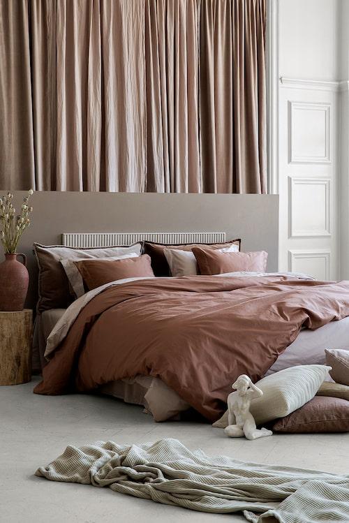 Sovrum bäddat i de nya lyxiga sängkläderna.