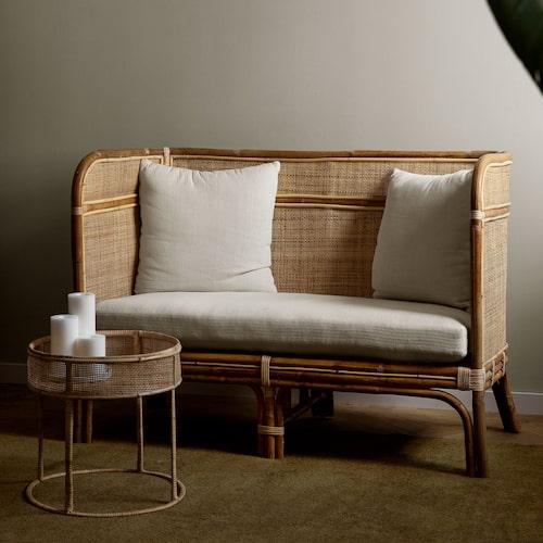 Granit utökar sin rotting kollektion med en soffa och ett sidobord och ljuslykta.